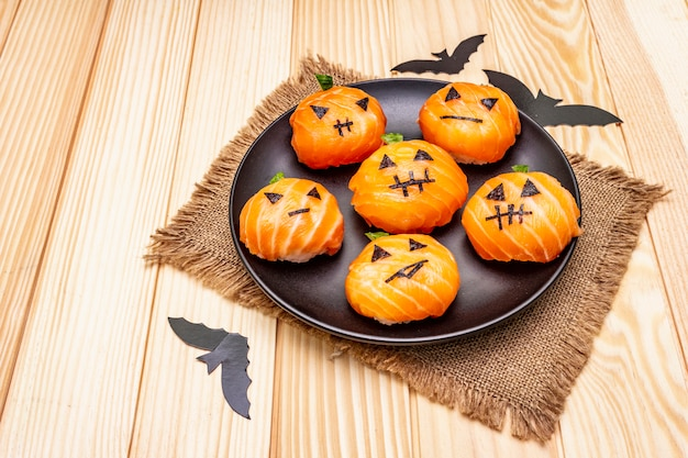 Funny halloween sushi pumpkins jack o lantern, sushi monsters. temari sushi, kulki sushi. zdrowe jedzenie dla dzieci
