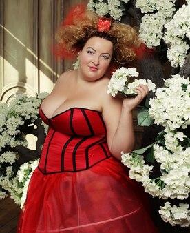 Funny queen w czerwonej sukience z gorsetem