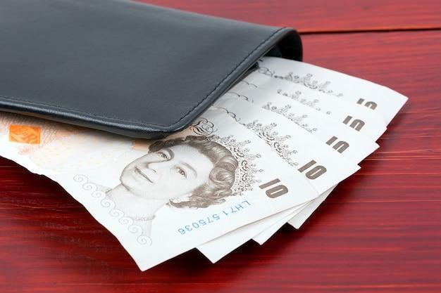 Funt brytyjski w czarnym portfelu