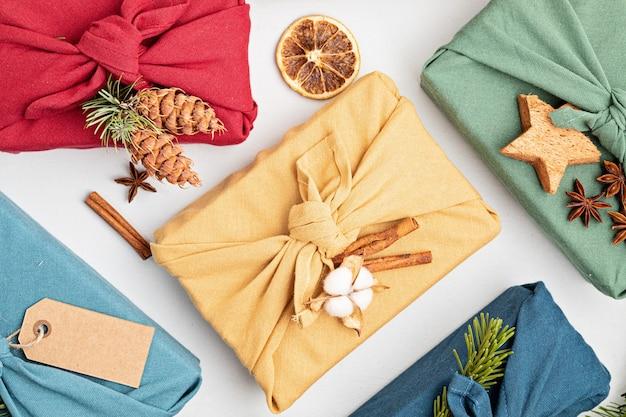 Furoshiki prezentuje ekologiczne alternatywne zielone prezenty świąteczne zapakowane w ubrania
