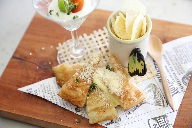 Fusion food roti z serem i chipsami ziemniaczanymi