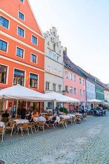 Fussen, niemcy aug 28, 2018: uliczna kawiarnia w fussen starym grodzkim centrum miasta. essen to małe miasteczko w bawarii, w niemczech