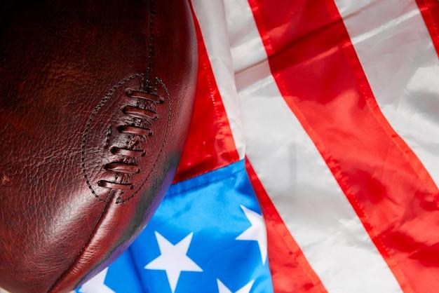 Futbol amerykański piłka i stara flaga chwały