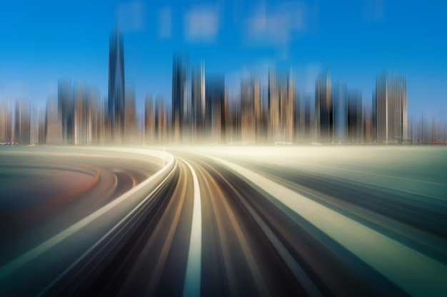 Futurystyczna scena ruch rozmycia ruchu między podniesioną linią kolejową nad torami kolejowymi