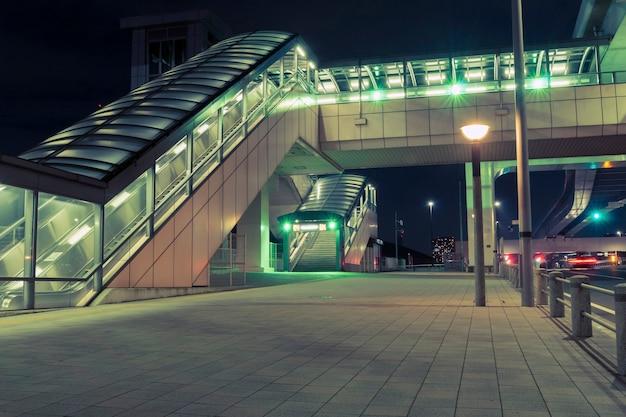 Futurystyczna struktura nowoczesnego deptaka nad pustym placem miejskim nocą