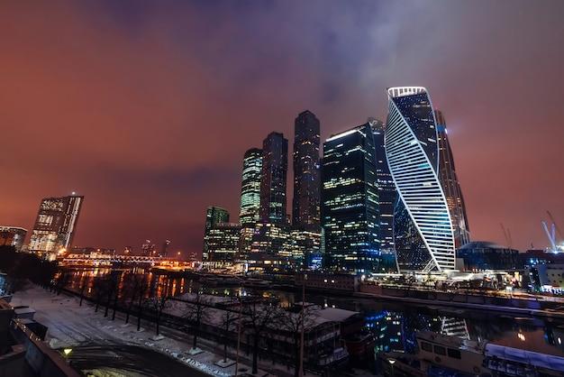 Futurystyczne moskiewskie międzynarodowe centrum biznesowe w ciemną noc. moskva-city