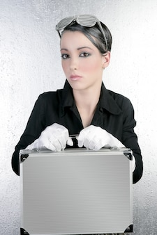 Futurystyczny bizneswoman trzyma srebną teczkę