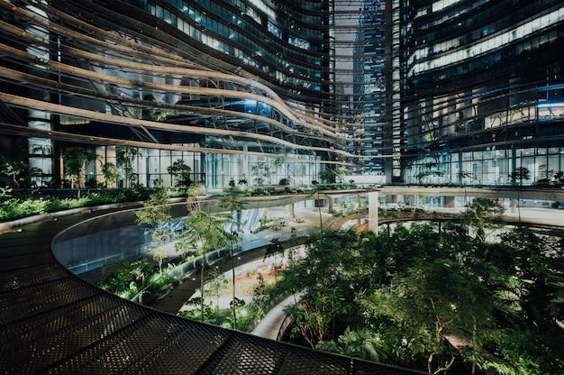 Futurystyczny cityspace w nocy