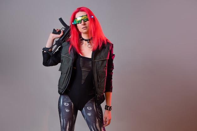 Futurystyczny haker-bandyta techno, fantastyczny wizerunek młodej kobiety