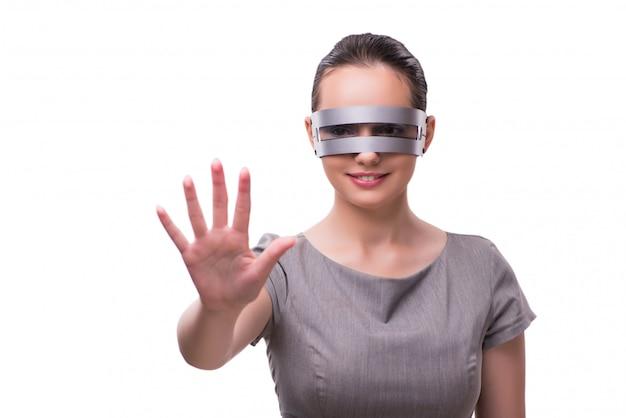 Futurystyczny pojęcie z techno cyber kobietą odizolowywającą na bielu