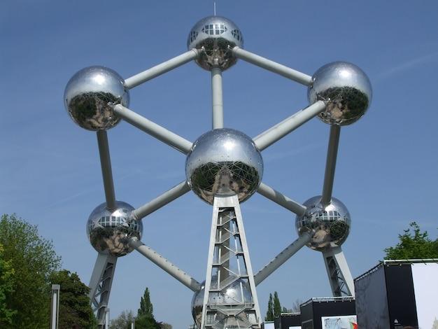 Futurystyczny pomnik atomium w brukseli, belgia