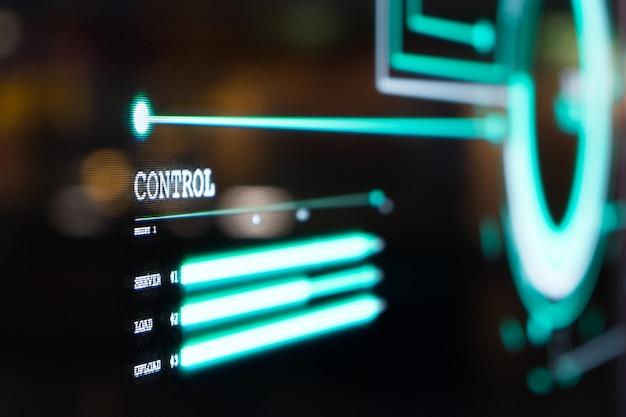 Futurystyczny, przezroczysty pulpit nawigacyjny z ekranem oled oświetla niebieskie światło pikseli i wyświetla informacje o sterowaniu systemem sieci komputerowej w stylu graficznej komunikacji wizualnej.