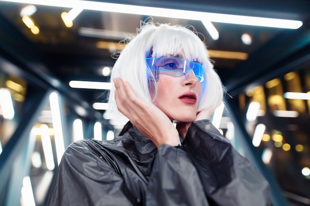 Futurystyczny styl. kobieta cyberpunk.