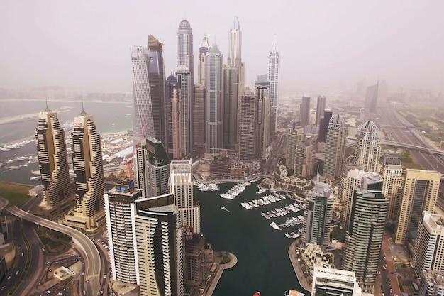 Futurystyczny widok z lotu ptaka wieżowce mieszkalne w marinie w dubaju. dubai