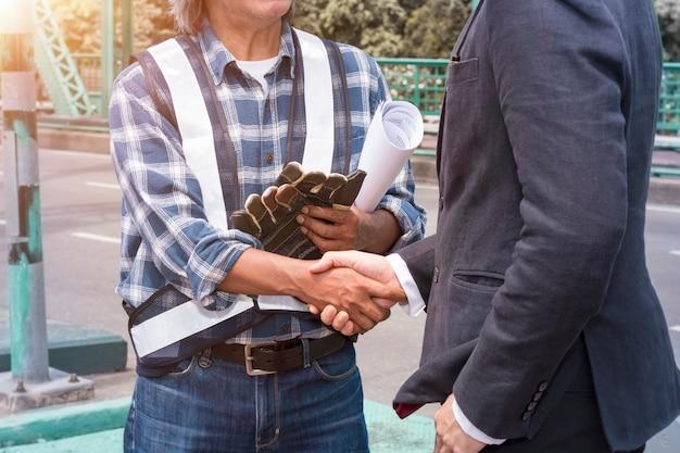 Fuzji i przejęć. kierownik biznesmena uścisk dłoni z partnerstwem.