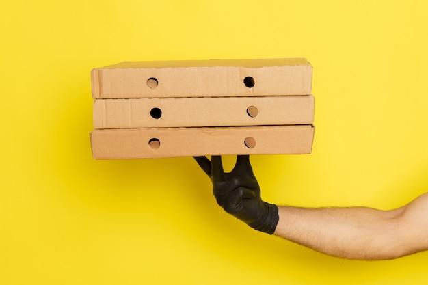 Fwidok z przodu ręki mężczyzny trzymającego pudełka dostawy
