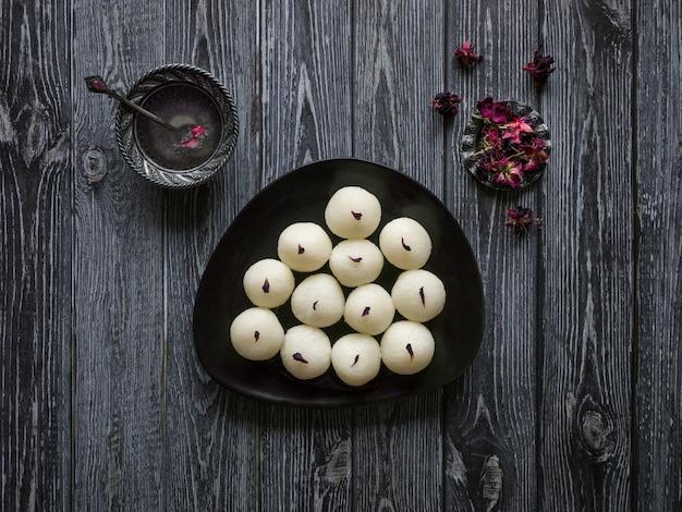 Gąbczaste słodycze rasgulla, słynne indyjskie słodkie jedzenie. widok z góry, miejsce.