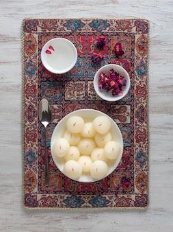 Gąbczaste słodycze rasgulla, słynne indyjskie słodkie jedzenie