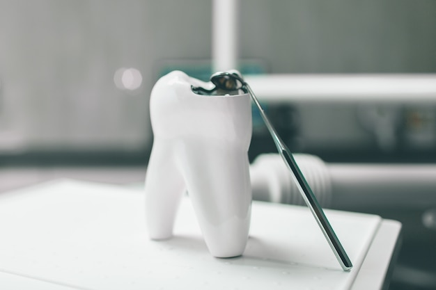 Gabinet dentystyczny. nowoczesna praktyka stomatologiczna. fotel dentystyczny i inne akcesoria używane przez dentystów w kolorze niebieskim, światło medyczne. higiena dentystyczna