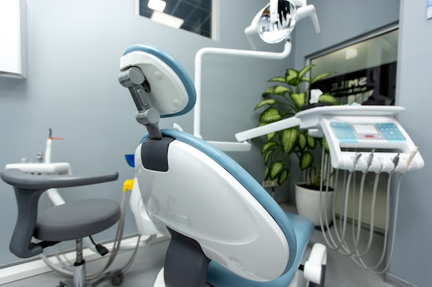 Gabinet stomatologiczny z różnymi urządzeniami medycznymi