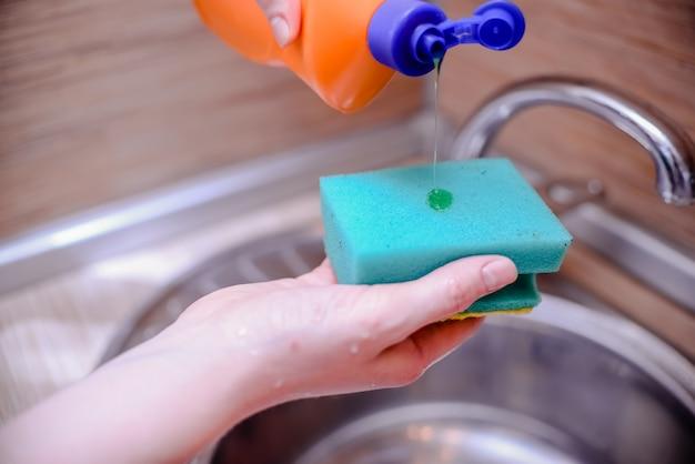 Gąbka do naczyń z mydłem do mycia naczyń. koncepcja czyszczenia domu.