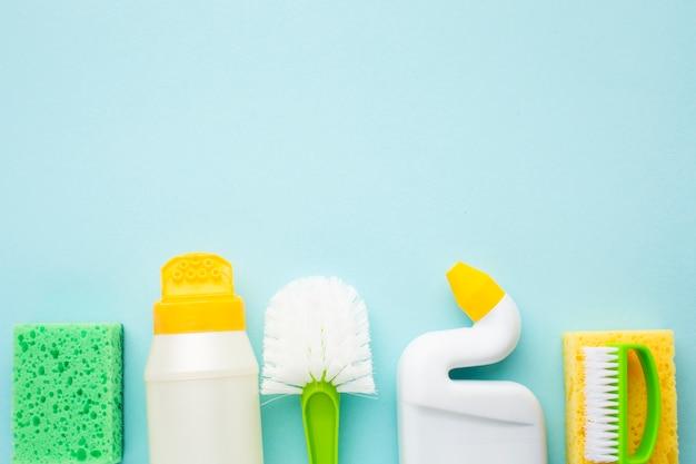Gąbka i środek czyszczący z bliska