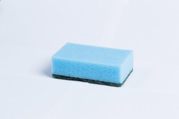Gąbki do mycia naczyń na białym tle