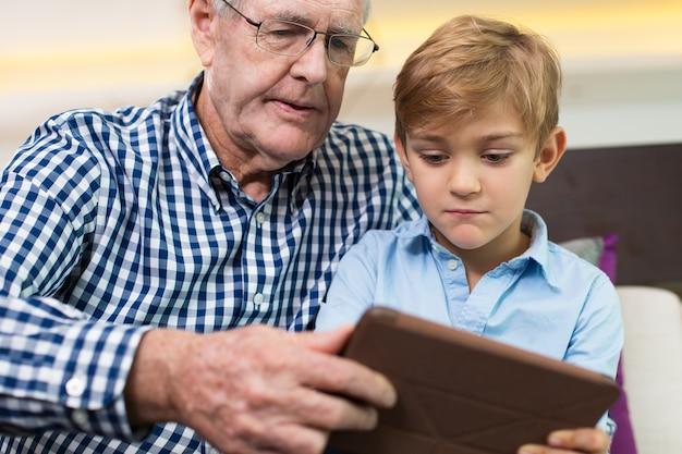 Gadżet gry relacja wieku dziadek