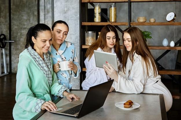 Gadżety przy stole rodzina je śniadanie i surfuje po internecie