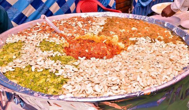 Gajar halwa to słodki pudding deserowy na bazie marchwi z indii. przyozdobiona suszonymi owocami na indyjskim weselu