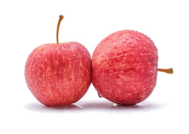 Gala jabłka z kroplami wody na białym tle.