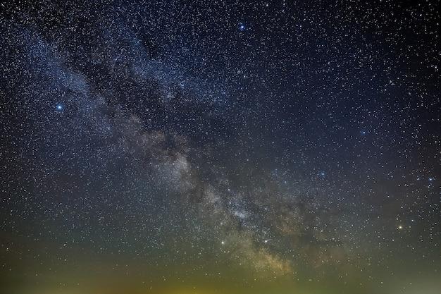Galaktyka droga mleczna na nocnym niebie z gwiazdami. widok na otwartą przestrzeń. długa ekspozycja.