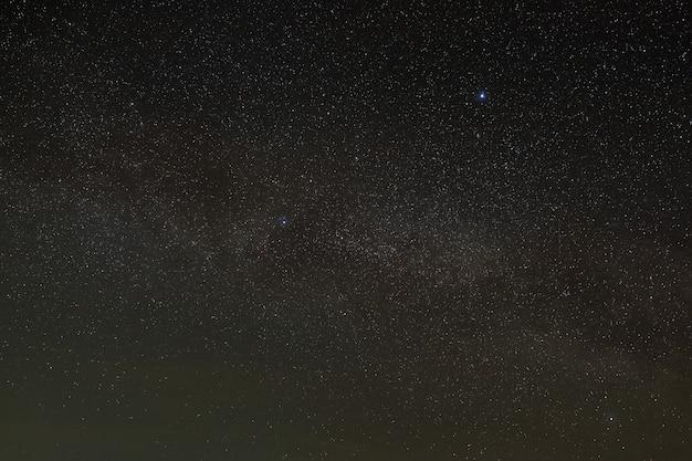 Galaktyka droga mleczna na nocnym niebie z gwiazdami. widok na otwartą przestrzeń
