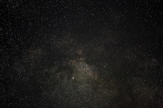 Galaktyka droga mleczna na nocnym niebie z gwiazdami