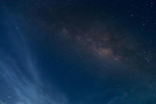 Galaktyka droga mleczna z gwiazdami i kosmicznego pyłu we wszechświecie wypełniona