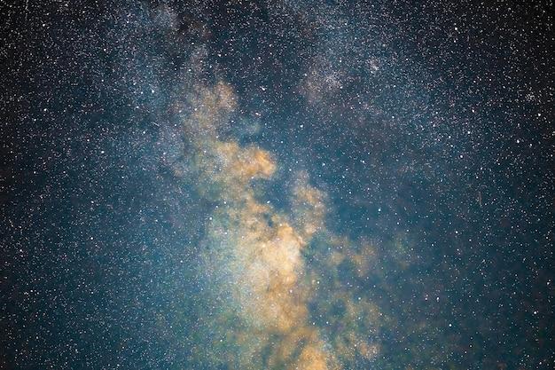 Galaktyka drogi mlecznej gwiazdy kosmicznego pyłu we wszechświecie, fotografia z długim czasem naświetlania, z ziarnem.