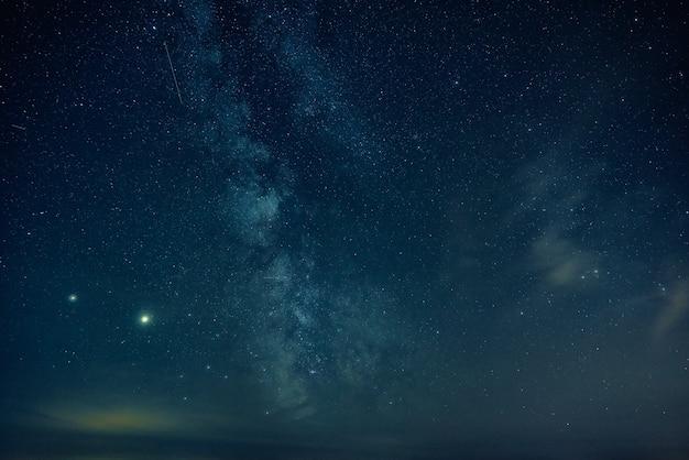 Galaktyka drogi mlecznej. krajobraz nocnego nieba z gwiazdami