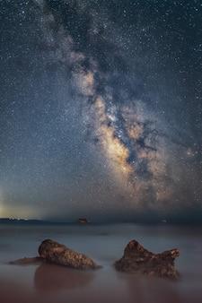 Galaktyka drogi mlecznej nad wyspą zakynthos uchwycona z wyspy kefalonia grecja