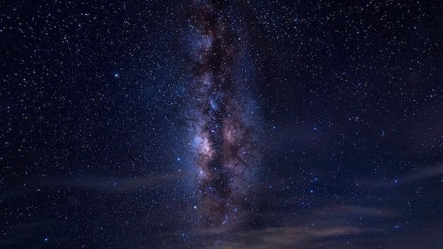 Galaktyka drogi mlecznej nocą