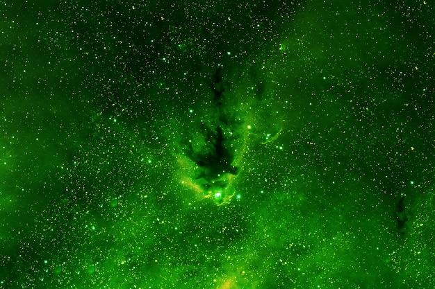 Galaktyka w odcieniach zieleni, w kosmosie. elementy tego obrazu dostarczyła nasa. zdjęcie wysokiej jakości