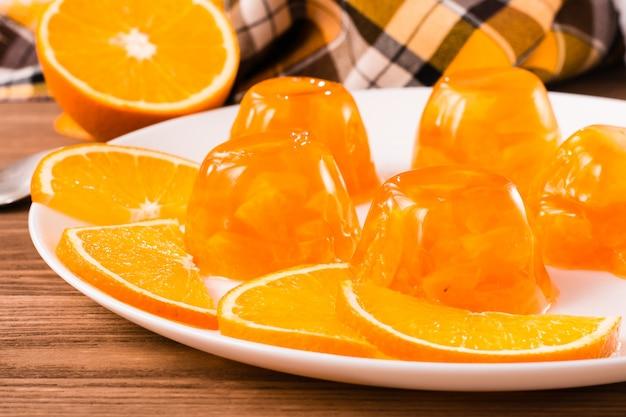 Galaretka i plasterki pomarańczy na talerzu