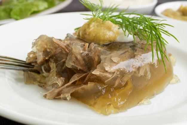 Galaretka mięsna. galaretka wołowa. tradycyjne rosyjskie danie.