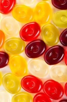 Galaretowi cukierki na bielu