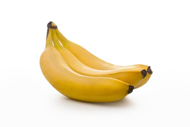 Gałąź dojrzałych bananów jest izolowana na białym tle
