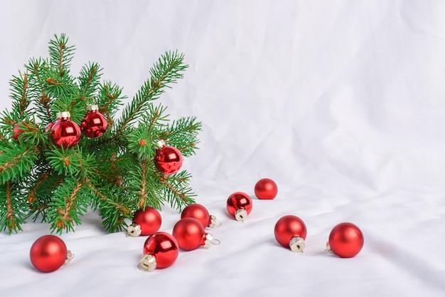 Gałąź jodły z bombkami na białym tle. wesołych świąt. świąteczne tło. miejsce do kopiowania.