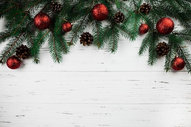 Gałąź jodły z bombkami świątecznymi