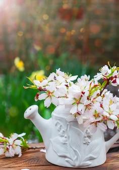 Gałąź kwitnąca minal w białym wazonie