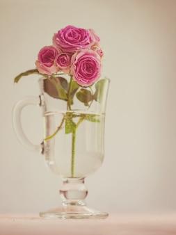Gałąź róż w szklance, styl vintage,