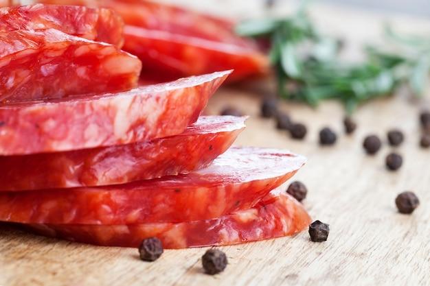 Gałąź rozmarynu, przyprawy i suszone marynowane mięso wieprzowe