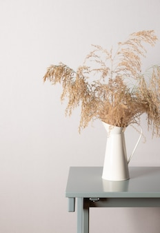 Gałąź trawy pampasowej w wazonie